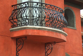 Aluminum self supporting balcony rails with decorative bracket image